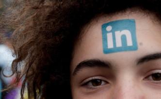 Logo linkedin sulla fronte di una ragazza - Trovareunlavoro.it